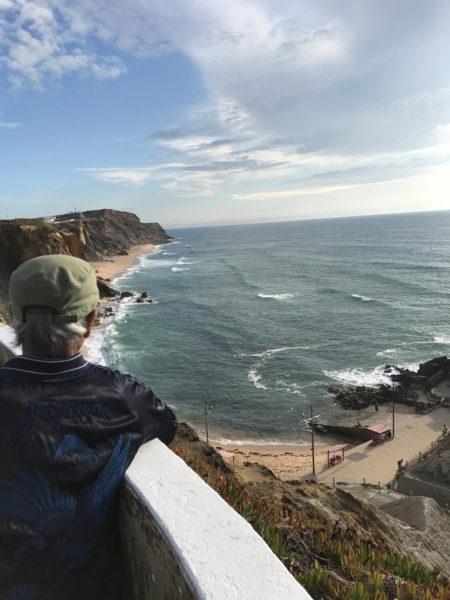 2017年8月 ポルトガル、サンタクルスの海を眺める ©Madada Inc.