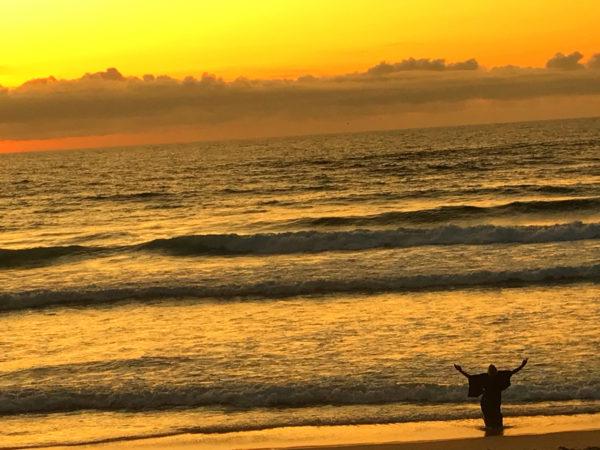 2017年8月 田中泯「場踊り」  ポルトガル、サンタクルスの海岸にて ©Madada Inc.